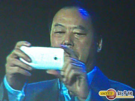 宏達電執行長周永明在尾牙上手拿銀色M7測試。(鉅亨網記者陳俐妏攝)