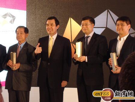總統馬英九(左2)參加台北國際電腦展與業者合影。(鉅亨網記者黃佩珊攝)