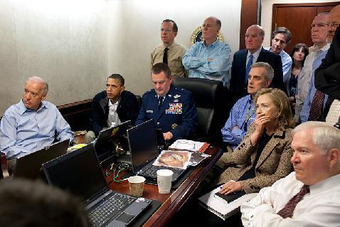 美國總統歐巴馬、美國副總統拜登以及美國國家安全會議的成員聚集在白宮戰情室,監看著行動過程。(圖片來源:維基百科)
