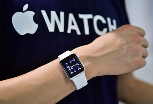 Apple Watch 除了可以在商店付款以外 未來還能轉帳給朋友 (圖:AFP)