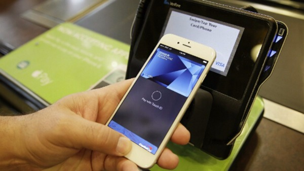 iPhone「嗶」一下刷卡!4大銀行拚Apple Pay首波上路