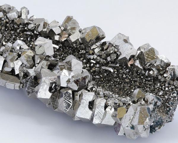 鈮礦。(來源:維基百科)