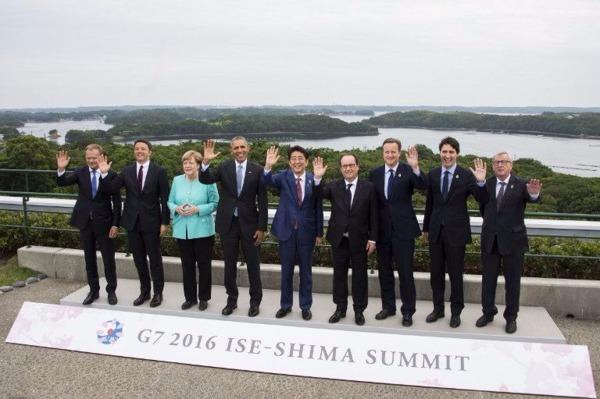 G7和歐盟領袖合照。左起分別為圖斯克(歐理會主席)、倫齊(意大利總理)、默克爾、歐巴馬、安倍晉三、歐蘭德、卡麥隆、杜魯多、容克(歐委會主席)。 (圖:AFP)