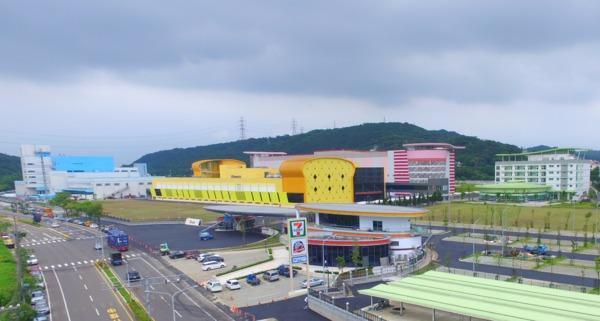 統一「新竹湖口園區」除在廠房建築外觀加入商品設計元素,面對台一線統一超商65坪門市亮麗的旗艦店也是一大亮點。(圖:統一企業提供)