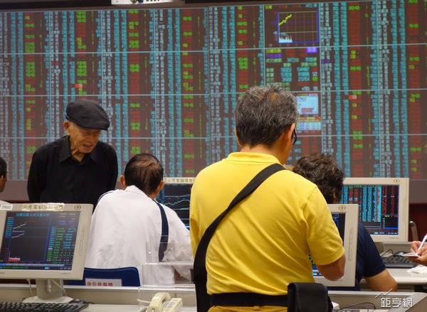 台股市場題材多多,大盤指數已上漲600點應注意反壓點。(鉅亨網記者張欽發攝)