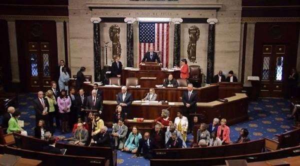 美國民主黨議員靜坐要求表決控槍法案  (圖:AFP)