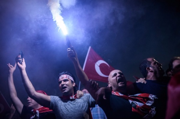 土耳其民眾聚集上街,力挺總統艾爾段 (Recep Tayyip Erdogan) 。 (圖:AFP)