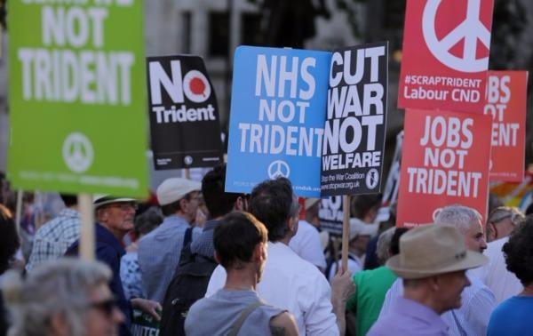 示威者呼籲政府把錢花在NHS和氣候變化,以取代「三叉戟」核武系統。  (圖:AFP)