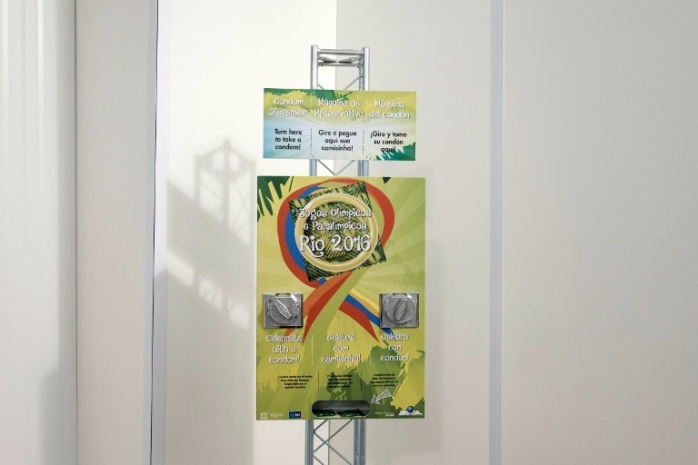 里約奧運選手村的保險套供應器  (圖:AFP)