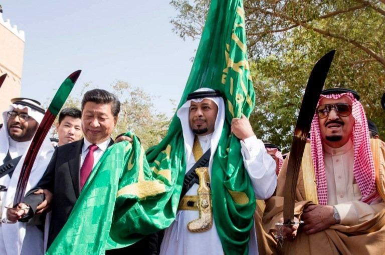 沙烏地國王薩勒曼(右)與中國領導人習近平(左)。(來源:AFP)