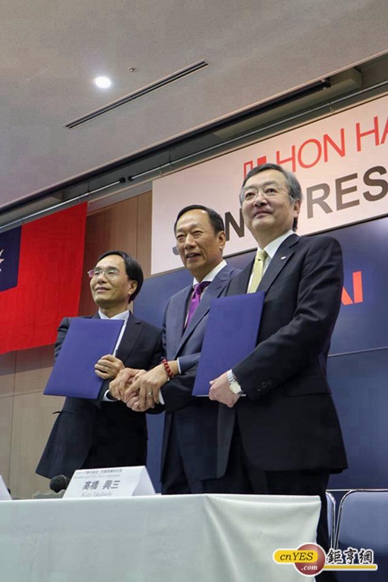 三星小心了!中國不予禁止鴻海參股夏普,OLED角逐戰開打。(圖/資料照片)