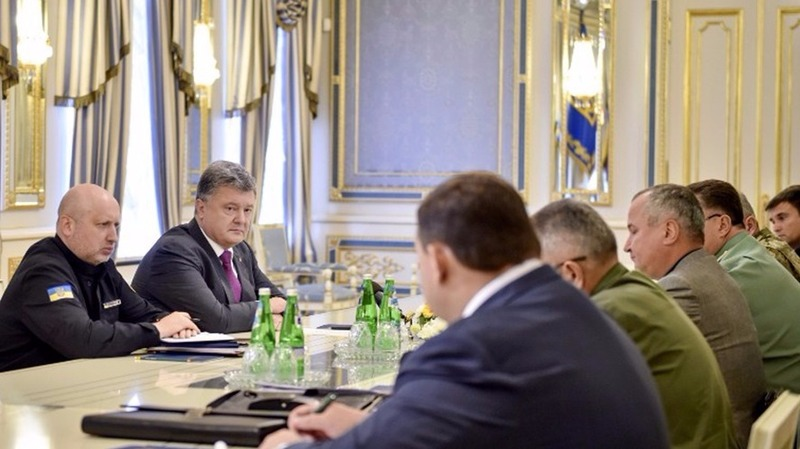 烏總統波羅申科急召會議,下令駐守烏-克邊境及東部頓巴斯戰線的軍隊進入最高規格備戰狀態。  (圖:AFP)