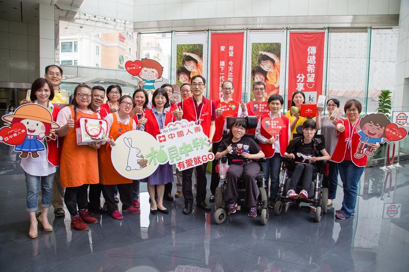 圖說: 中國人壽董事長王銘陽及總經理郭瑜玲率高階主管共同參與「中壽愛心展售會」,讓行善更有力量。
