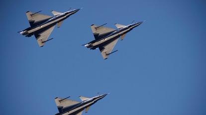 中國空軍昨日出動包括轟炸機、殲擊機、加油機等機型在內的逾40架飛機,編隊飛越宮古海峽,前往西太平洋進行遠海訓練。  (圖:AFP)