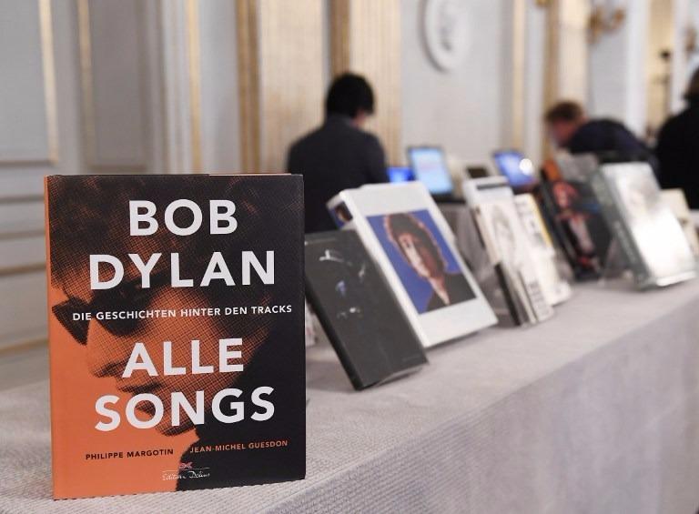Bob Dylan除出專輯外,還出版實驗性著作、散文詩集《狼蛛》。  (圖:AFP)
