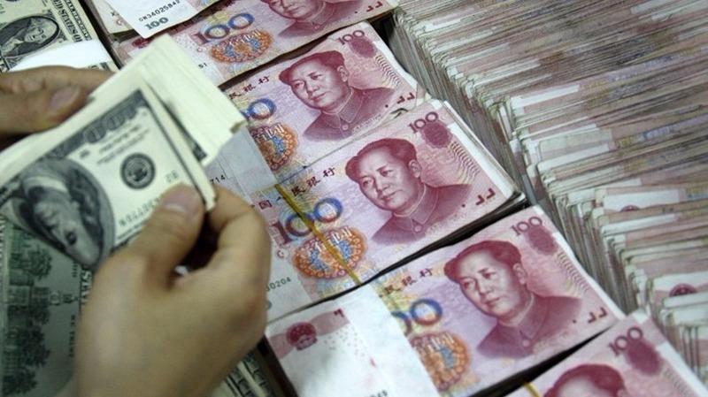 人民幣中間價為6.7379,較上個交易日大跌222點子,再創6年新低。 (圖:AFP)