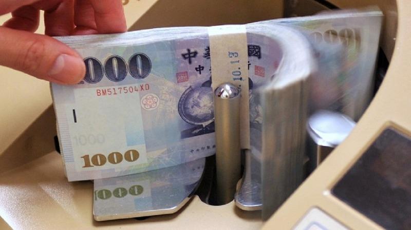 外資看貶台幣。(圖片來源:AFP)