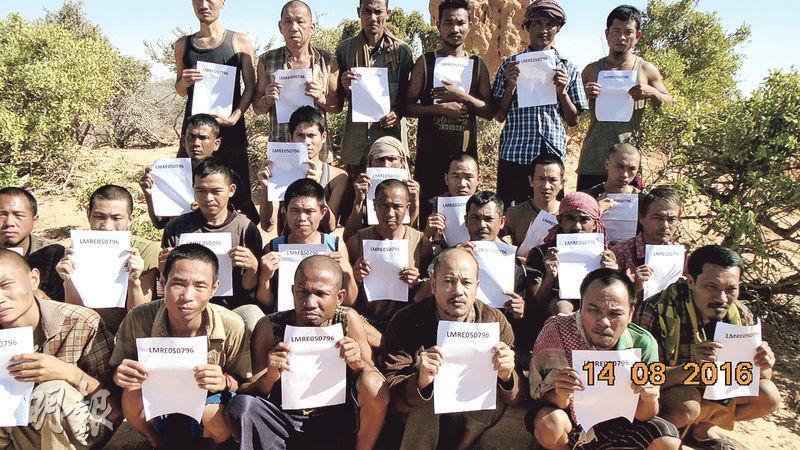 遭索馬利亞海盜劫持的 Naham 3 號 26 名船員合照,最後一排左二為台籍輪機長沈瑞章。 圖片來源:香港明報
