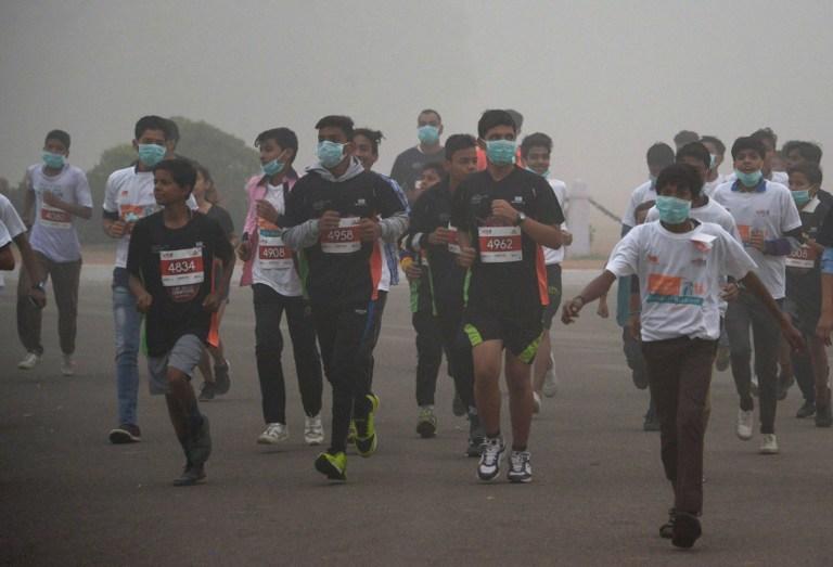 新德里 11 月 6 日舉行 10 公里路跑活動,活動參與者幾乎都戴上口罩。(圖: AFP)