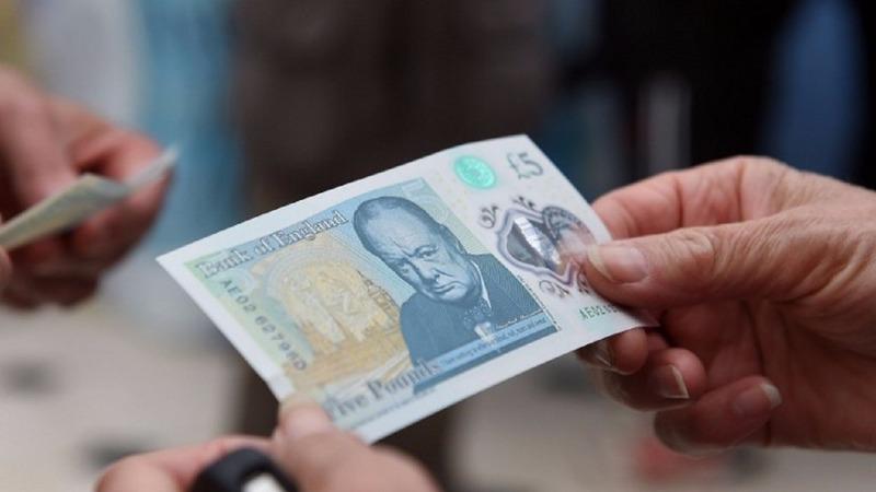 新版 5 英鎊鈔票於今年 9 月開始流通。(圖:AFP)