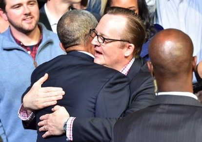 歐巴馬擁抱前自宮新聞秘書羅伯特吉布斯,感謝工作人員的辛勞與努力。  (圖:AFP)