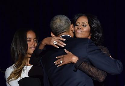 歐巴馬擁抱蜜雪兒,感謝她的陪伴與支持。  (圖:AFP)