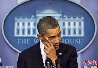 2010年12月,歐巴馬就桑迪胡克小學槍擊事件發表演講時數度落淚。  圖片來源:中新網