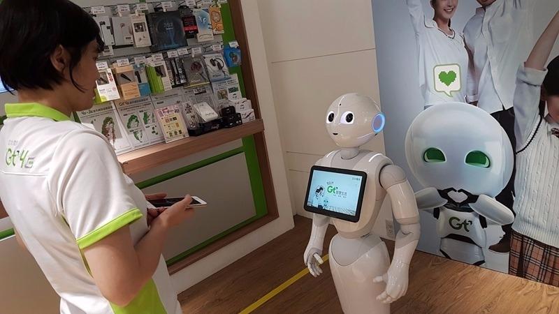 亞太電機器人Pepper擔任駐店大使。(圖:亞太電提供)