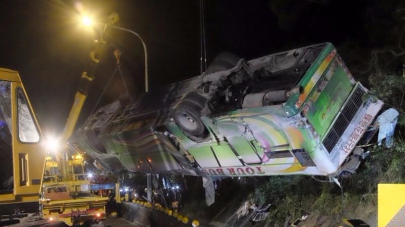 賞櫻團旅巴翻落山坡,搶救困難。  (圖:AFP)