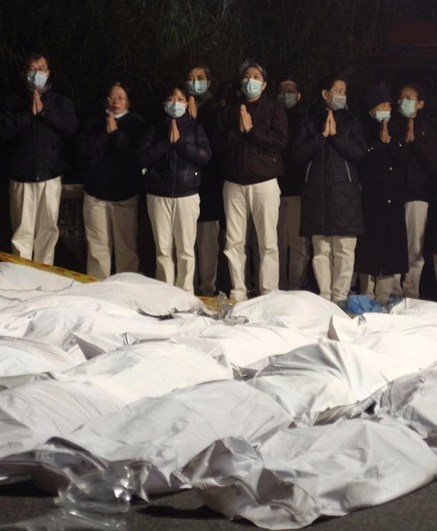 32人當場死亡,慈濟志工在現場安撫亡者靈魂。   (圖:AFP)