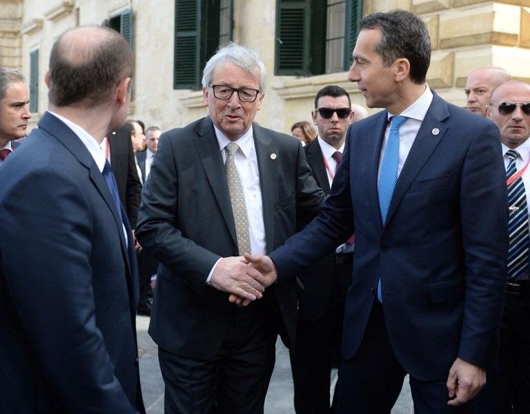 歐盟委員會主席容克 (中) 與奧地利總理科安握手。(AFP)
