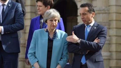 奧地利總理科安 2 月 3 日出席歐盟峰會,與英國首相梅伊交談。(AFP)