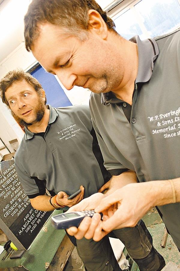 Dave 稱,手上3310經典神機只需每隔幾周充下電就用得。 圖片來源:香港文匯報