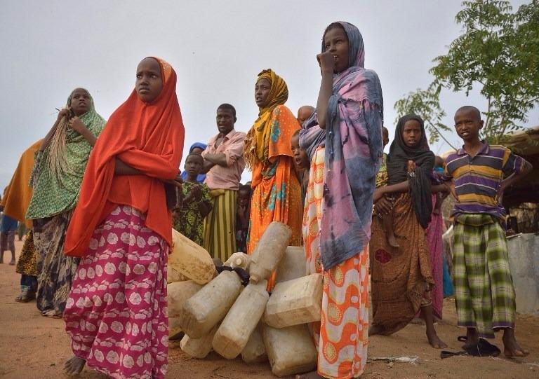 由於水源枯竭,民眾必須步行到更遠的地方取水。  (圖:AFP)