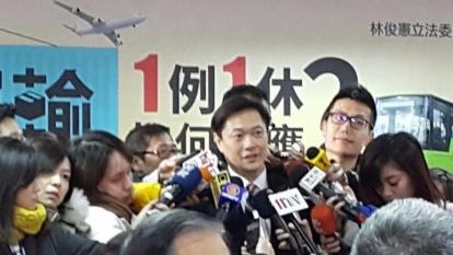 1111人力銀行副總經理李大華談及一例一休客運業者面臨的困境。(鉅亨網記者宋宜芳攝)