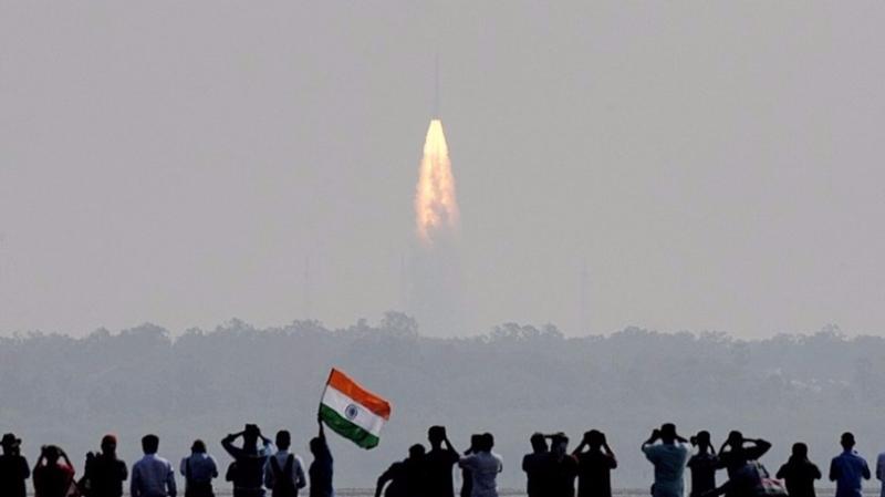 印度15日搭載104顆衛星的印度極軌衛星運載火箭(PLSV)從斯裡赫裡戈達島的印度航太發射中心發射升空,並成功將所有104顆衛星送入軌道。  (圖:AFP)
