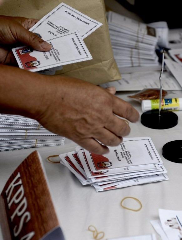 選務人員清點選票。  (圖:AFP)