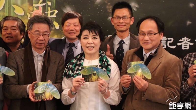 2017年世界螢火蟲年會專輯製作人聲樂家簡文秀(中)。(鉅亨網記者李宜儒攝)
