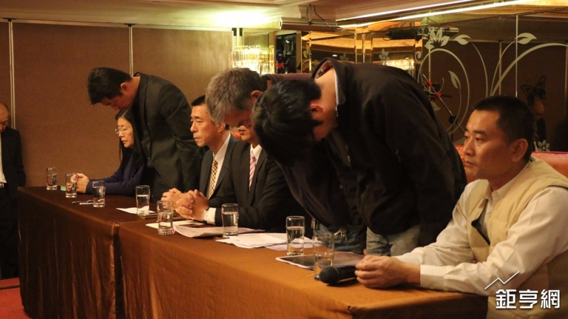 蝶戀花創辦人周比蒼(中)、負責人周繼弘(右)及友力黃河清(左)向受難家屬鞠躬致歉。(鉅亨網記者李宜儒攝)