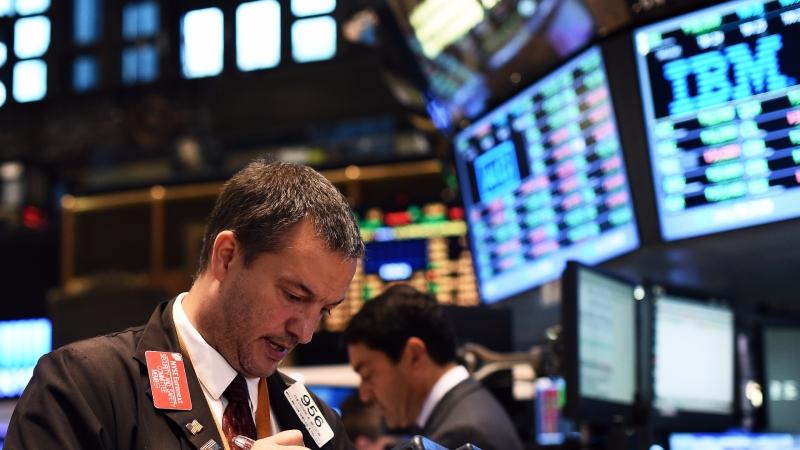 圖:AFP 美國股市週五中場走低