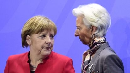 IMF總裁拉加德在柏林總理府內與德國總理梅克爾就希臘救助計畫等問題舉行了會談。 (圖:AFP)