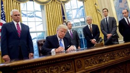 川普簽署行政命令,右排第三位為白宮國家貿易委員會主席Peter Navarro 。(AFP)