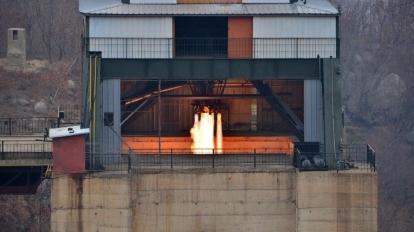 北韓上周六(18日)在東倉里火箭發射場測試新研發的大功率火箭引擎。  (圖:AFP)