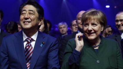 日本首相安倍晉三與德國總理梅克爾 3 月 19 日出席 CeBIT 科技貿易展開幕式。(AFP)