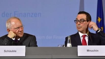 德國財長朔伊布勒(左)跟美國財長努欽(右)在反對保護主義問題上陷僵局。 (圖:AFP)