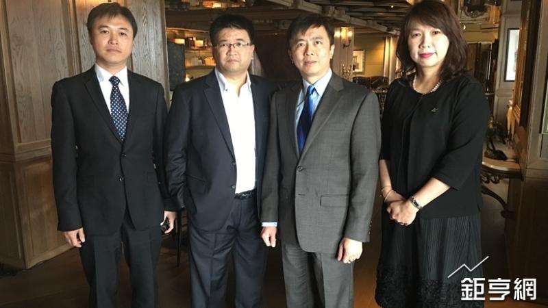 雲品董事長盛治仁(右二)與經營團隊。(鉅亨網資料照)