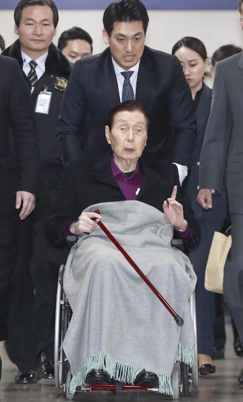 94歲高齡的樂天創辦人辛格浩在法庭上怒摔拐杖。  (圖:AFP)