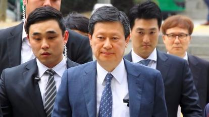 辛東彬和辛東主3月20日出庭受審,均否認控罪。  (圖:AFP)