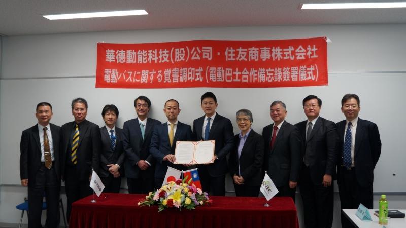 華德動能董事長蔡易忠(右五)今天與日本住友商事代表簽約,共同推動國產電動巴士駛上國際市場。。(圖:華德動能提供)