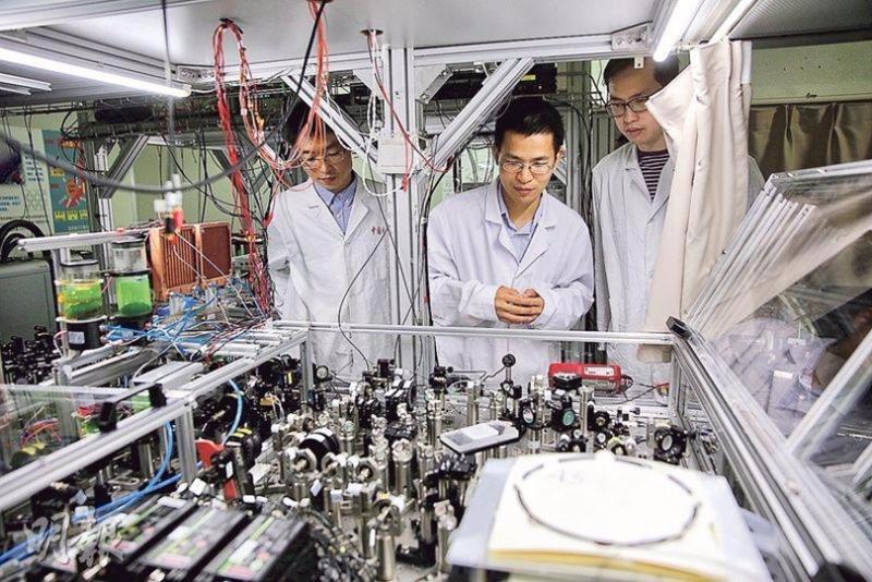 中國量子電腦原型機比史上首台電子管電腦 ENIAC 和首台晶體管電腦 TRADIC 運行速度提高 10 至 100 倍。 圖片來源:香港明報